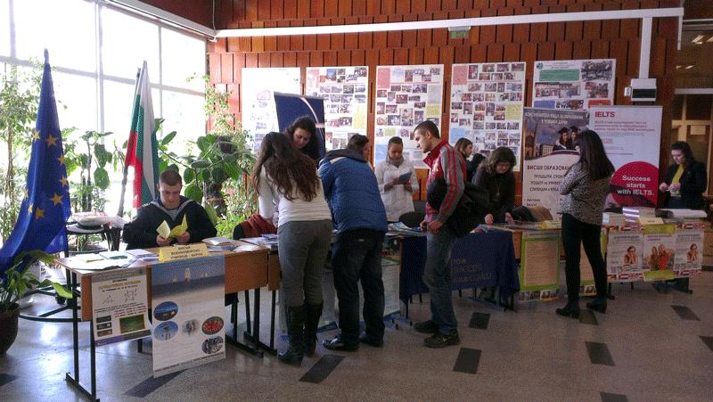 Ученици разглеждат щандовете на събитието
