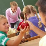 Учителка използва ябълки, за да разкрие ужасната истина за училищния тормоз