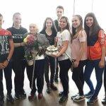 Деца зарадваха учителка за… 99-я й рожден ден!