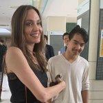 Анджелина Джоли едва сдържа сълзите си, оставяйки Мадокс в Южна Корея
