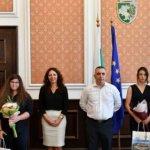 Четири ученички, завършили с отличие, бяха наградени в Сливен