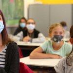 В училищата в Англия – всички с маски – от ученици до персонал