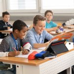 Учениците от 5, 10 и 11 клас се върнаха в класните стаи за присъствено обучение