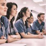 Великобритания: Рекорден брой студенти ще учат за медицински работници